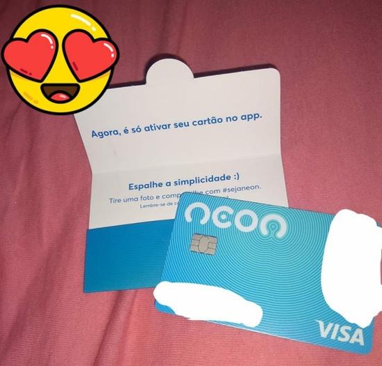 Carta com o cartão do Banco Neon
