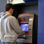 """""""Sacar dinheiro no banco com a carteira de trabalho"""" Pode?"""