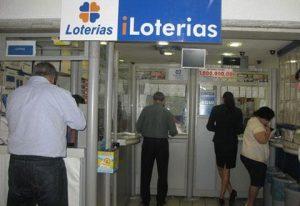 Pessoas sacando na casa lotérica
